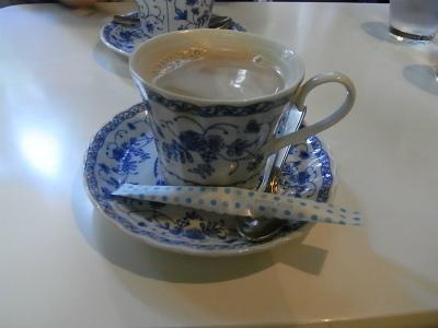 昼食に焼きそば、食後にミルクコーヒー